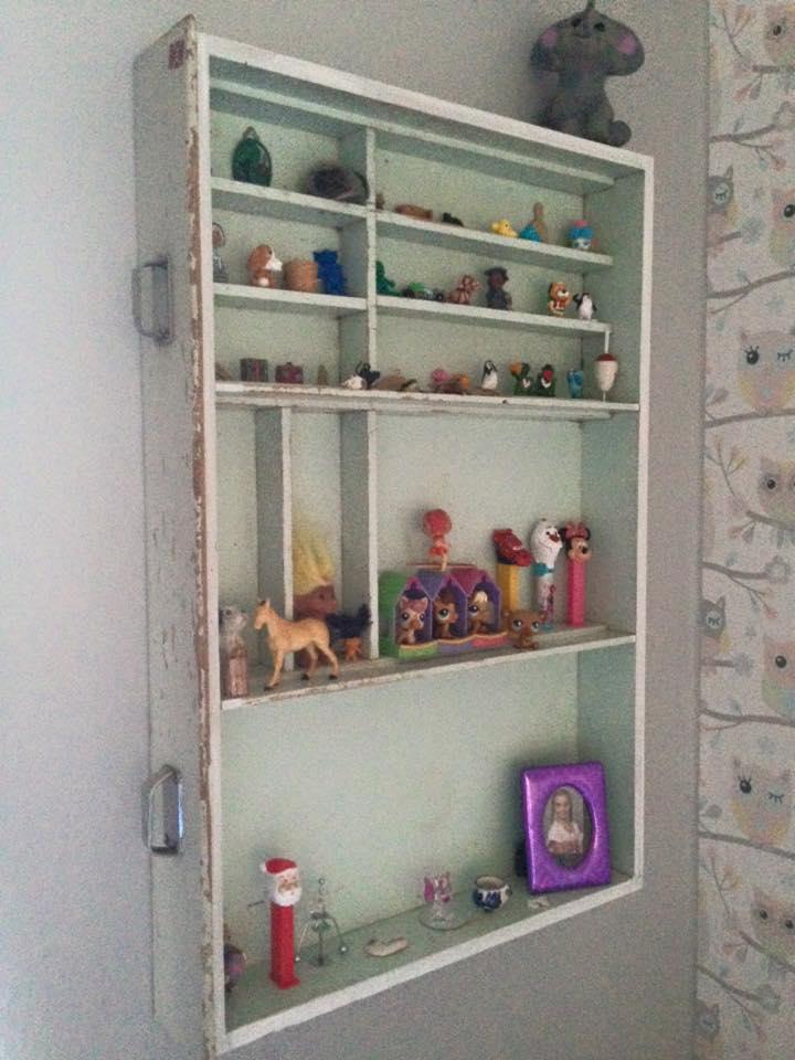 Gammal antik kökslåda blir hylla av Anna Stråth