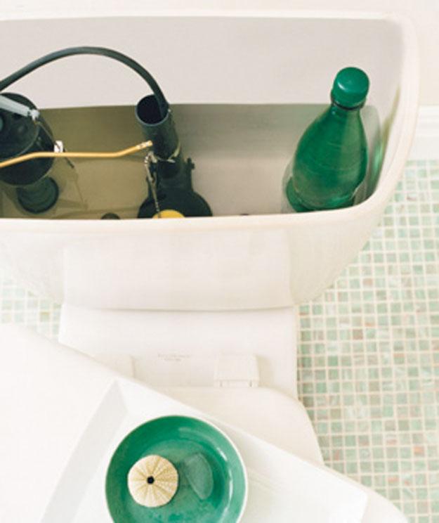placera en flaska med vatten i  wc tanken så spolar det en mindre volym vatten