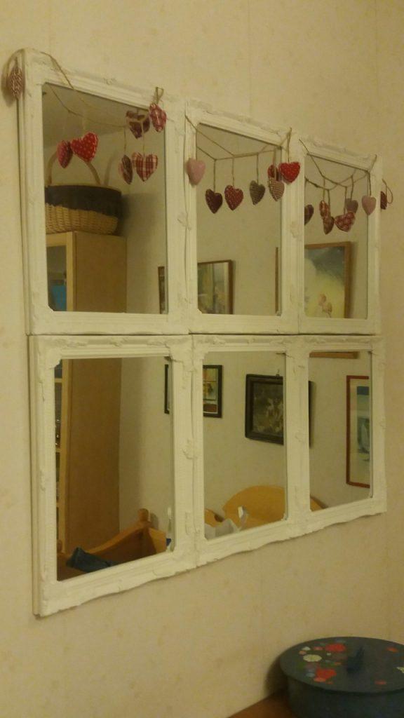 Gör ett stort fönster av småspeglar med fina ramar