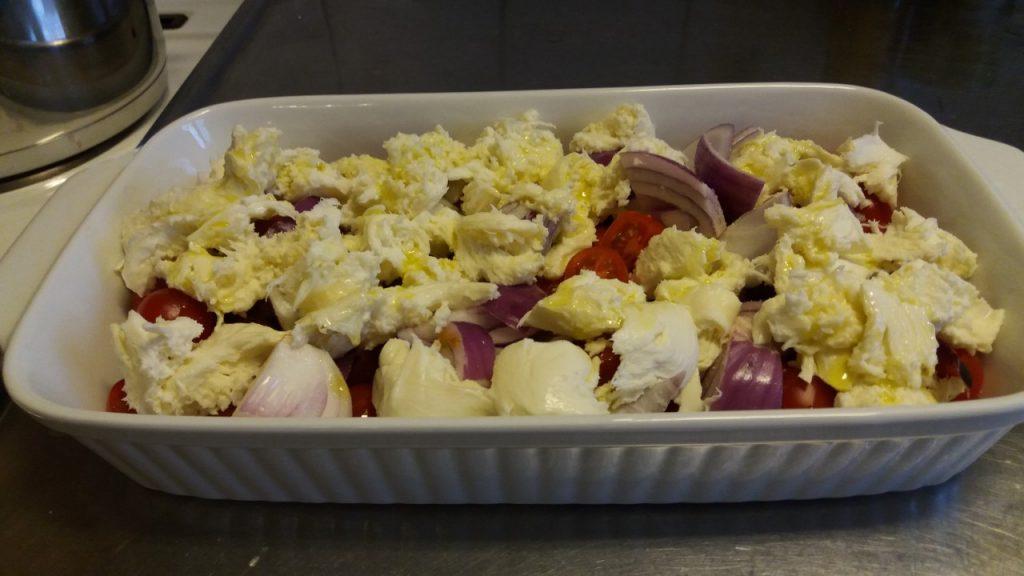 Mozzarella, körsbärstomater, rödlök, salt & olivolja. 20 min på 200 grader Mums!