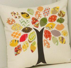 Kudde med träd och färgglada löv