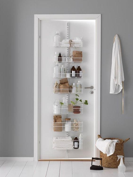 Smart och stadig förvaring på badrumsdörr