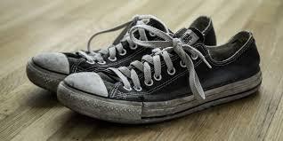 Få bort fotsvettslukt i skor