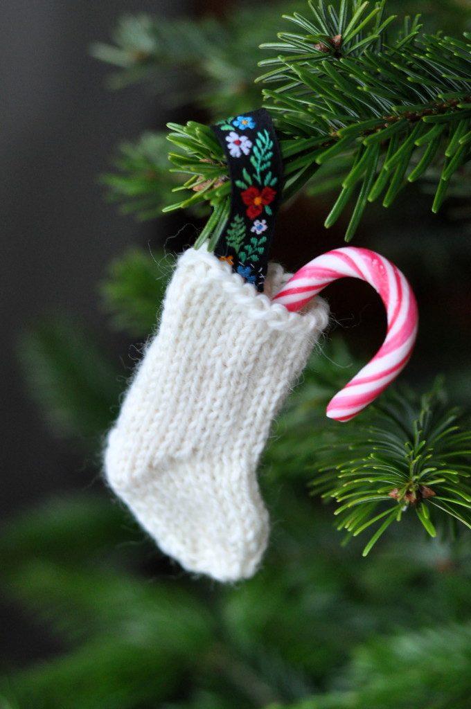 Sticka söta mini-julstrumpor till granen