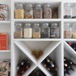 Smart förvaring av flaskor i hylla