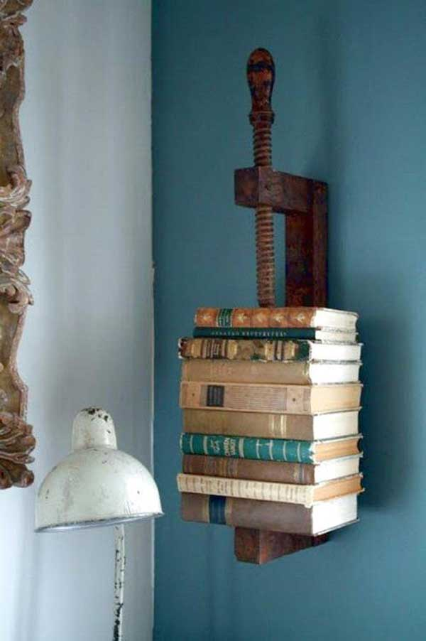 Använda antikt skruvstäd som bokhållare