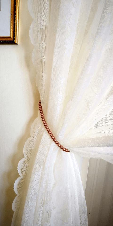 Återbruka pärlhalsband till gardinuppsättning