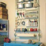 Återbruka spjälsängen till väggförvaring