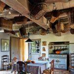 Vackert med korgar i taket och bra förvaring för örter och lök